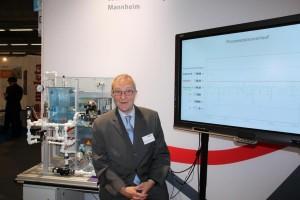 Prof. Voits mit Exponat zur Steuerung & Regelung von Prozessmodellen