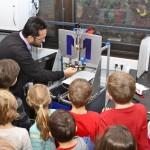 Prof. Dr. Bozkurt zeigt den 3D-Drucker